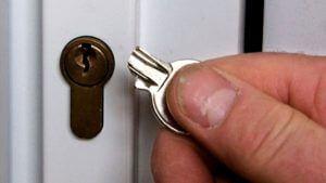 Как открыть закрытую дверь без ключа