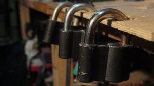 Открыть навесной замок без ключа